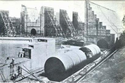 La forma principal de la alcantarilla se puede observar en el primero plano durante la construcción; detrás se puede ver la forma que tendrán las paredes elevadas